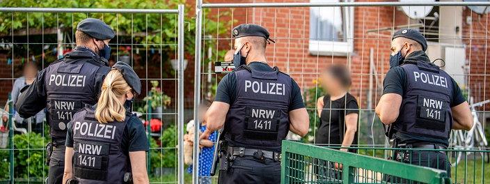 polizisten-sichern-quarantaene-von-toennies-mitarbeitern-100-resimage_v-variantSmall24x9_w-704